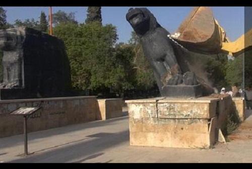 تمثالين أثريين في حديقة الرشيد بمدينة الرقة